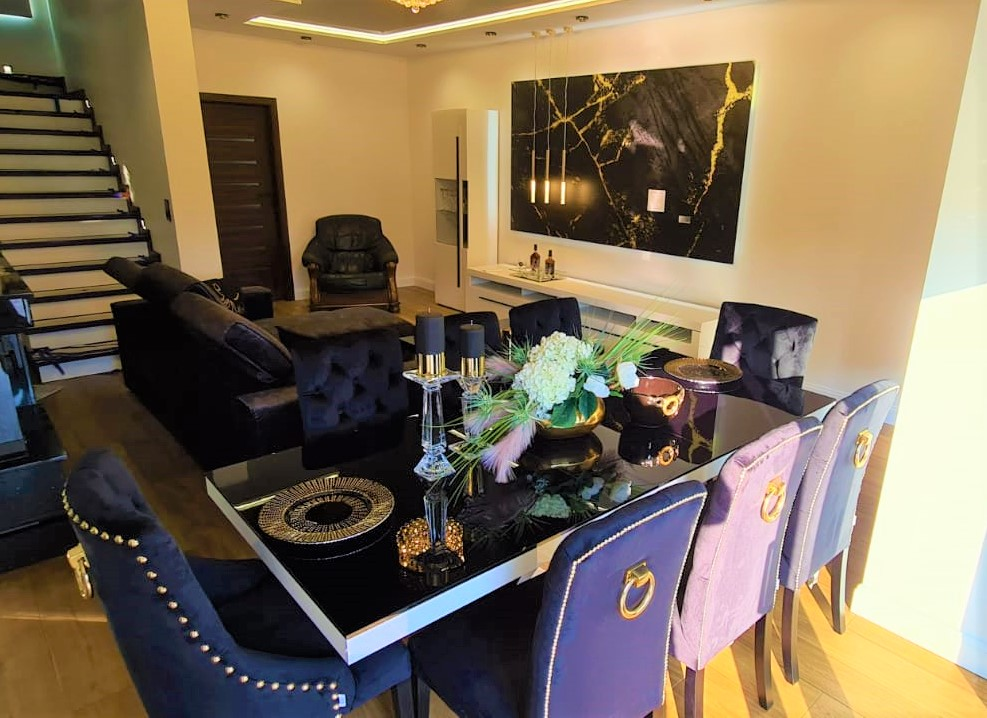 Krzesło Astoria 3 z pinezkami i kołatką w tkaninie Magic Velvet